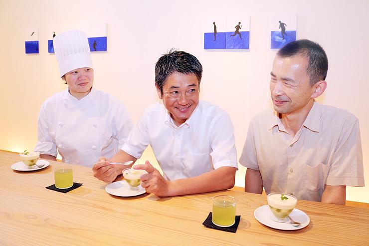 ゼリーを試食し、意見を出し合う(右から)大澤社長、貫場さん、中田さん=富山市東福沢