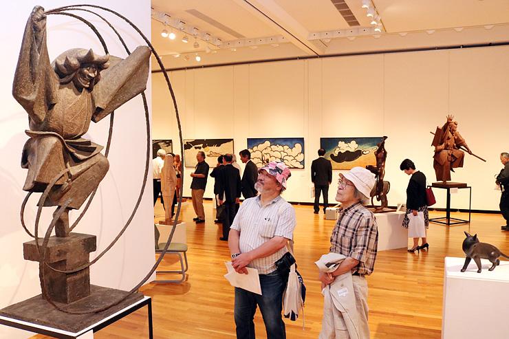 躍動的なポーズで来場者の目を引く「土蜘蛛」(左)=高岡市美術館
