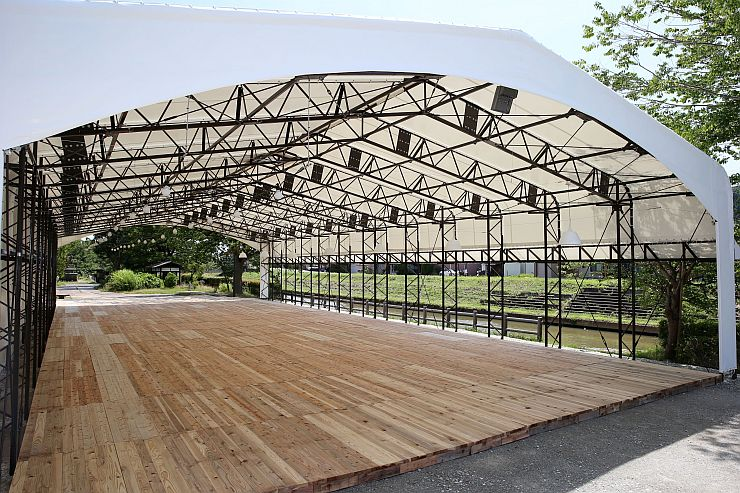 たちばな公園内に設置された大型テント。ビールやバーベキューを楽しめるようになる=長岡市与板町与