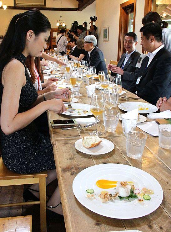 「ジャパン・レストラン・ウイーク」の22日開幕を前に、参加店舗の一つワイナリー&レストラン「フェルミエ」で試食会=14日