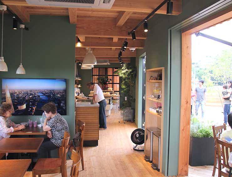 開店したカフェ「HARVEST NAGAI FARM」の店内