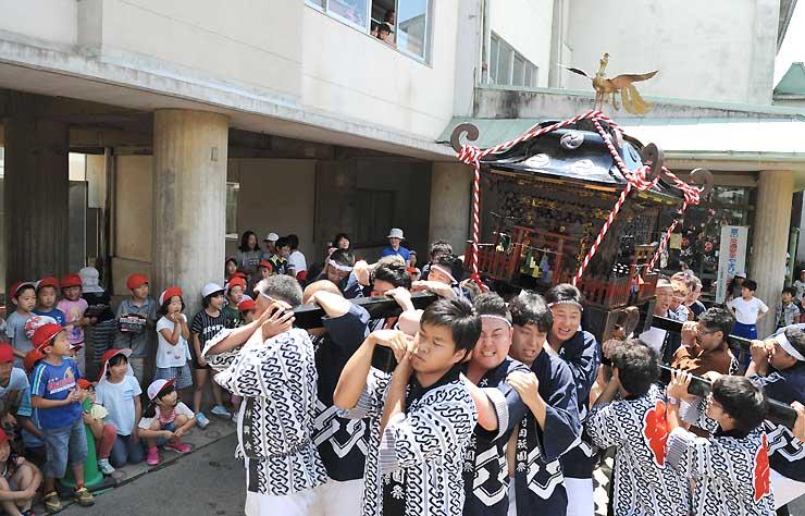 岩村田小学校の児童たちに披露されたみこし担ぎ