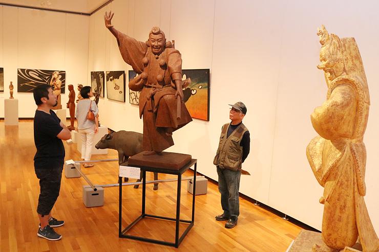 歌舞伎や雅楽を題材にした作品を鑑賞する来場者=高岡市美術館