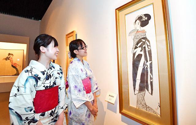 貴重な肉筆画「舞妓舞扇」をはじめ美人画が並ぶ竹久夢二展=16日、福井市美術館