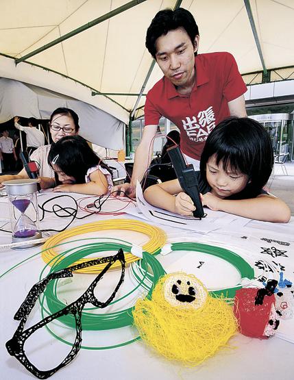 3Dアートを楽しむ参加者=金沢市のしいのき迎賓館