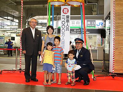あいの風鉄道開業1年4カ月 乗客2000万人