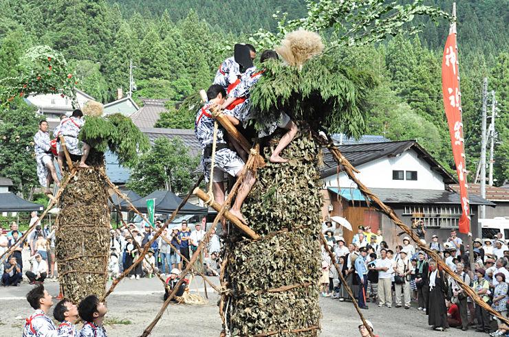 天下太平か五穀豊穣かを占った柱松柴燈神事=17日午後4時すぎ、飯山市の小菅神社