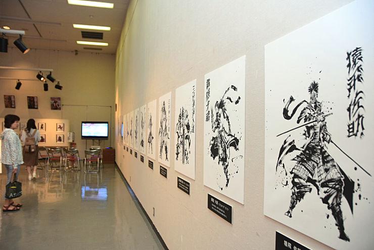 真田十勇士をイメージした墨絵などを展示している企画展の会場