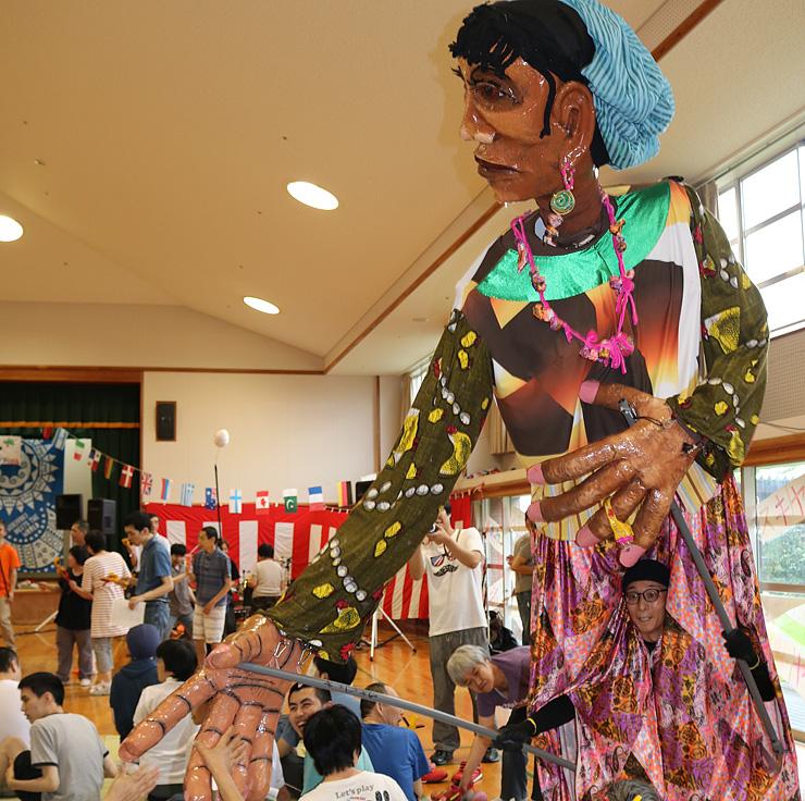 来場者を盛り上げた巨大人形=障害者支援施設「花椿」