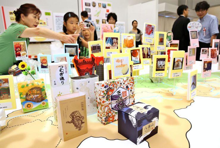 菓子にまつわる数多くの資料が並んだ「お菓子と新潟」展=15日、長岡市の県立歴史博物館