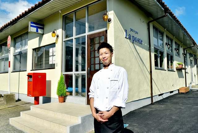 近岡さんと、レストランとして生まれ変わる旧志比郵便局。店先のポストはそのまま=19日、福井県永平寺町東古市