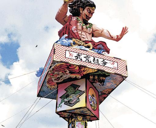 迫力ある人形を乗せて完成した燈籠山=珠洲市飯田わくわく広場