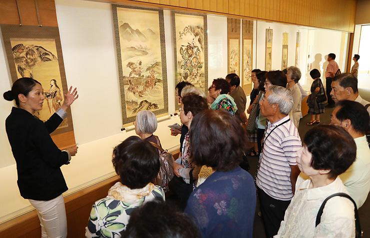 作品の大部分が入れ替わり、大勢の来場者でにぎわう後期展=県水墨美術館