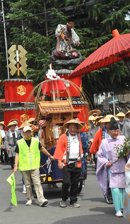 深紅の布を付け、須坂市内を巡行する笠鉾