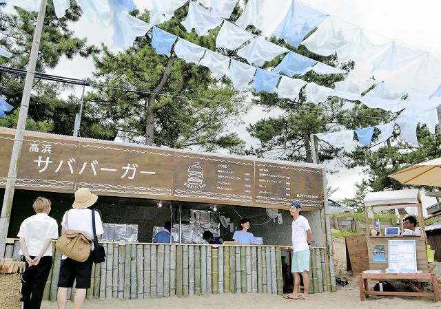 学生らが建て、営業が始まった浜茶屋。青いオーガンジーの屋根や、竹の柱が目を引く=20日、福井県高浜町和田の若狭和田海水浴場