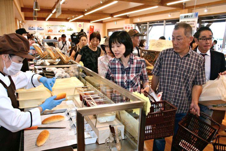 オープン初日から買い物客でごった返した「あるるんの杜」=21日、上越市大道福田