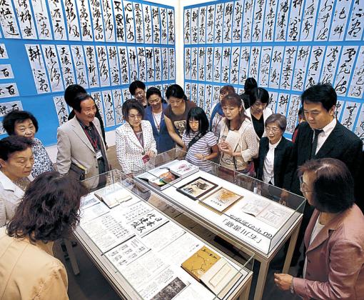 展示された作品を見る来場者=金沢市の金沢21世紀美術館