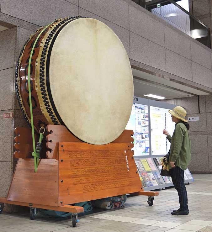 岡谷太鼓まつりをアピールするため、岡谷市役所に展示された直径2メートルの平胴太鼓。当日はメインステージ中央に置く