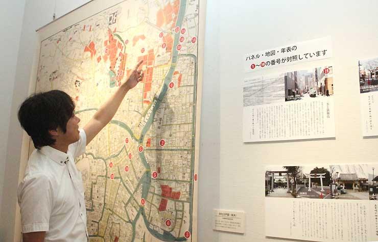 一茶の江戸での足取りを示した古地図(左)と、各地の現代の様子を紹介する写真