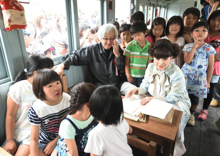 「電車の教室」で子どもたちと交流する黒柳徹子さん(中央右)と山田洋次さん(同左)=23日、安曇野ちひろ公園