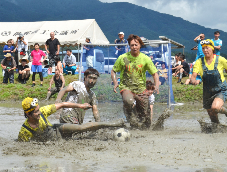 泥にまみれながらボールを追う参加者たち