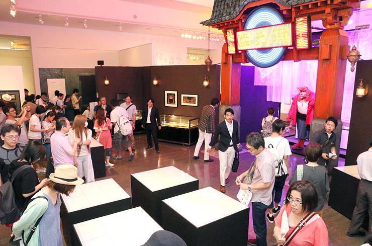 「バケモノの子展」が開幕し、大勢のファンでにぎわう会場=富山市民プラザ