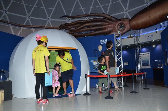 潜水船コックピットやダイオウイカの模型などが展示されている「深海のふしぎ」展=23日、福井県坂井市の県児童科学館