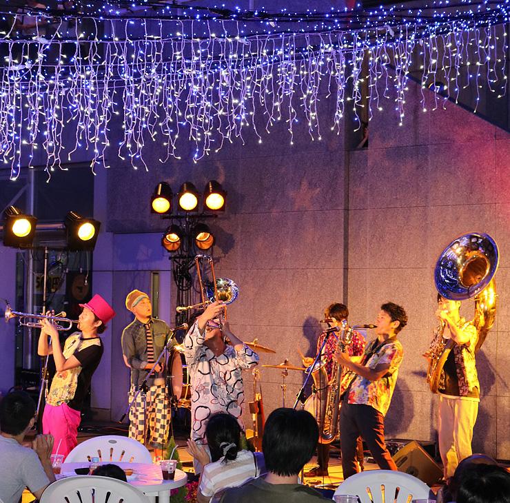 イルミネーションが点灯された会場で演奏するバンド