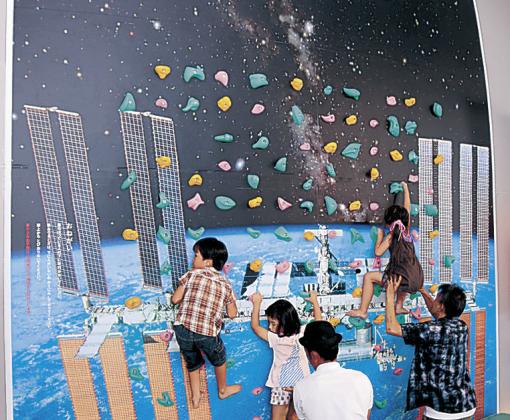 壁面を宇宙のデザインにしたコーナー=小松市のサイエンスヒルズこまつ
