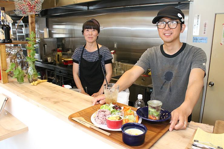 カフェを営む長澤さん夫婦と人気のランチ=イチカ・キッチン