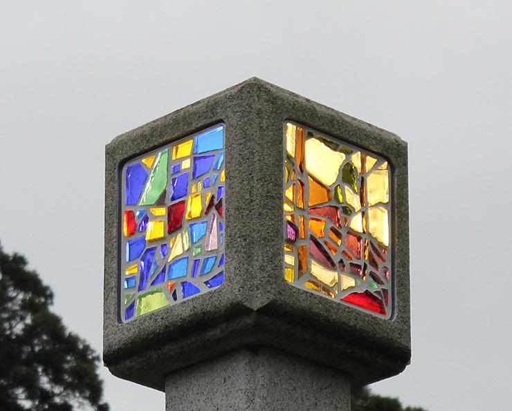 大伴二三彌ステンドグラス記念館の前に設置された灯籠=櫛田神社境内