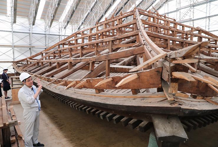 解体工事を終えて公開された経蔵の屋根の骨組み=25日、長野市の善光寺
