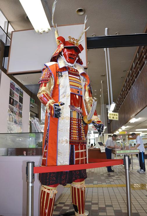 上田市役所1階ロビーに展示している高さ約3メートルの真田幸村像