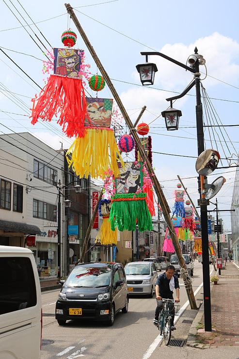 通りを彩る七夕飾り