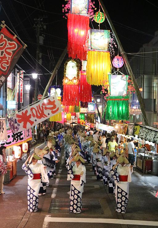 色鮮やかな七夕飾りの下で繰り広げられた民踊街流し=南砺市福光