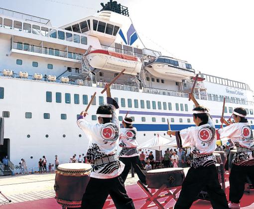 勇壮な演奏で客船を歓迎する輪島きりこ太鼓絆=29日午前8時5分、輪島港マリンタウン
