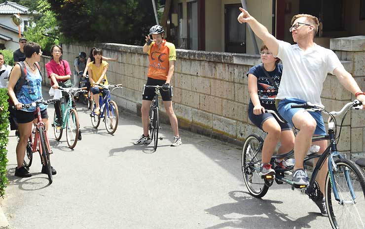 戸倉上山田温泉周辺を自転車で巡り、日本の暮らしを知るツアーを楽しむ米国人家族ら