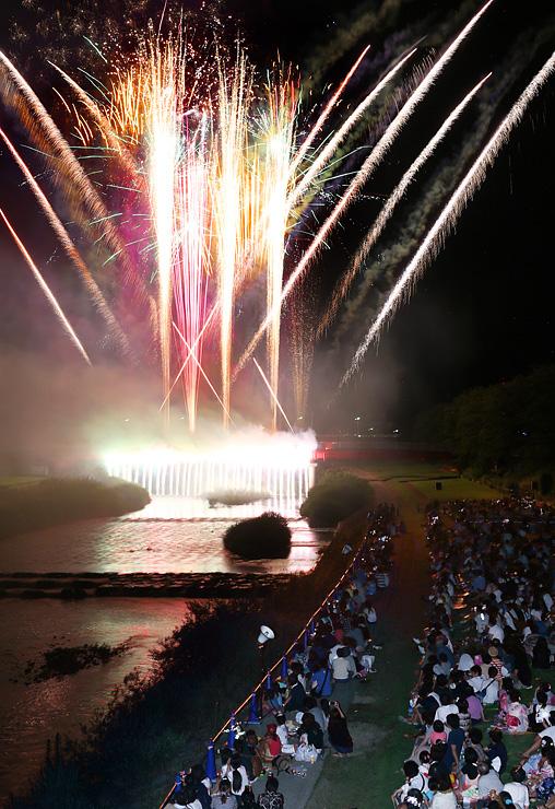 夏の夜空と川面を鮮やかに彩る花火=南砺市福光の福光橋から撮影(多重露光)
