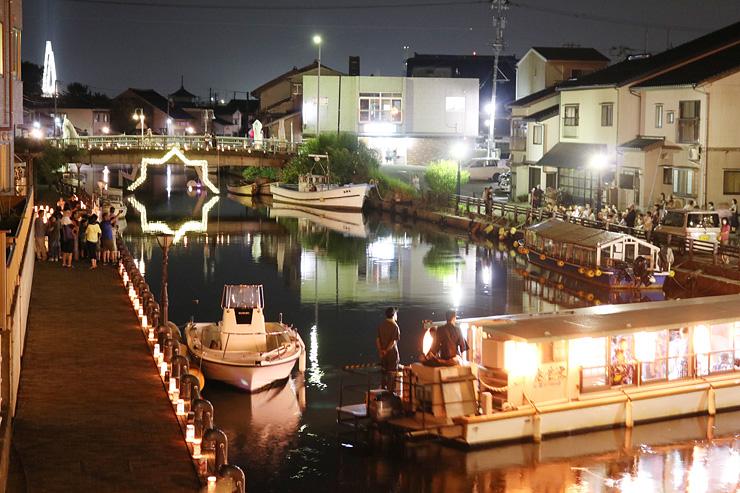 イルミネーションや灯籠で幻想的な雰囲気の内川周辺=射水市立町