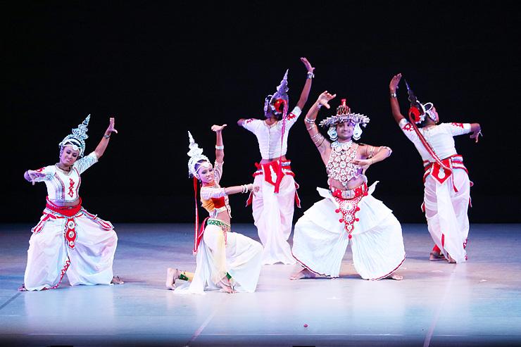 民俗衣装をまとい、あでやかな舞踊を披露した「スリランカ青年ダンスアンサンブル」のステージ=県民会館