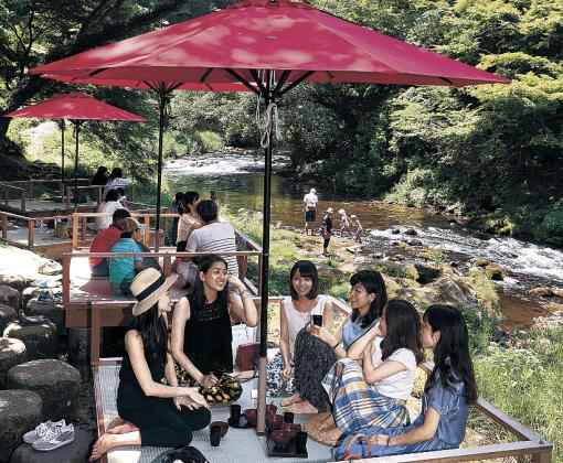川床で涼を感じる観光客=加賀市山中温泉の鶴仙渓