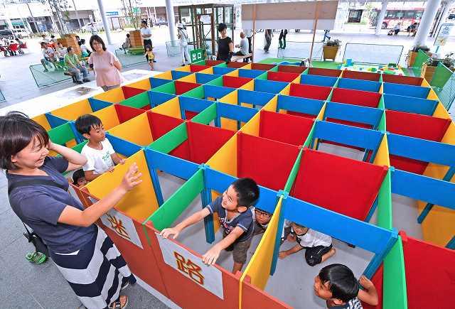新設された木製迷路で遊ぶ子どもたち=1日、福井市のハピリンの屋根付き広場ハピテラス