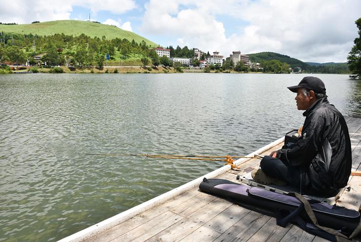 新たに設けられた浮桟橋で、白樺湖の景色を楽しみながらさおを出す釣り人