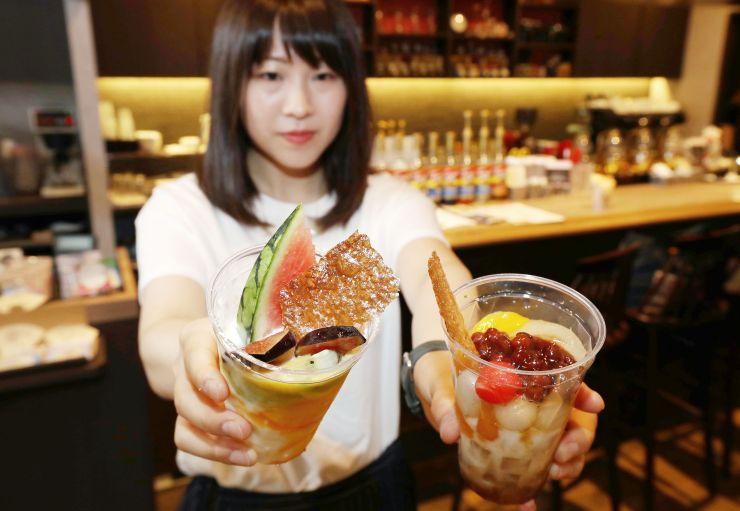雪室貯蔵の食材を使った「フルーツヨーグルトパフェ」(左)と「白玉クリームあんみつ」