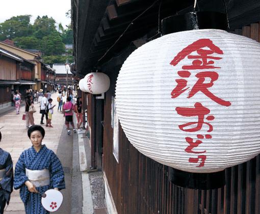 軒先につるされた金沢おどりの提灯=金沢市のひがし茶屋街