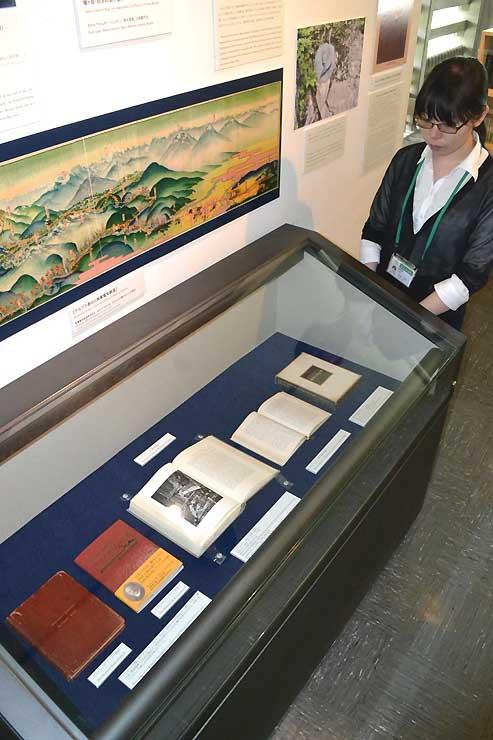 特別展示会場に並んだ日記帳の実物(ケース内左端)と全訳本(左から2冊目)
