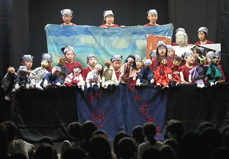 夢の舞台で「帰って来た虚空蔵菩薩さま」を上演する長野市篠ノ井西小6年5組の子どもたち=2日、飯田市の飯田文化会館
