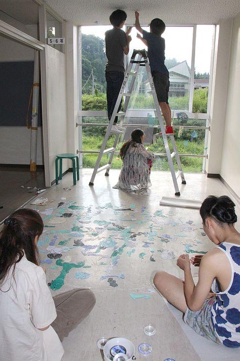 企画展「華園七月節」の展示をする中国人アーティストら=十日町市室野の奴奈川キャンパス