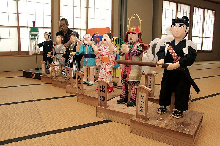 西川まつりの傘鉾行列で傘鉾に載せる人形=7月28日、新潟市西蒲区