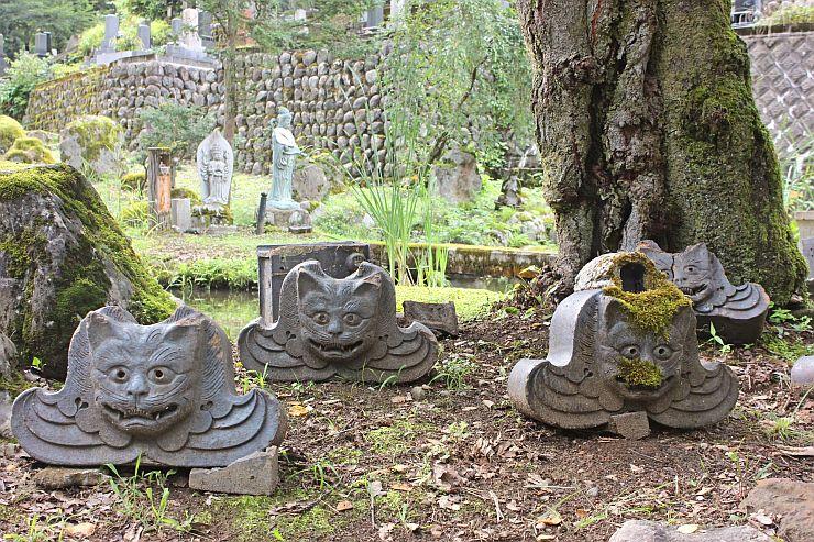普光寺中庭に置かれる猫の顔を描いた飾り瓦=南魚沼市浦佐
